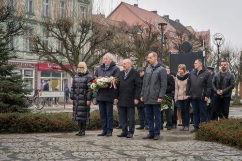 75 rocznica wyzwolenia Nakła. Na Rynku pod pomnikiem złożono wiązanki kwiatów